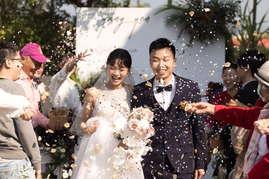 這張圖片的 alt 屬性值為空,它的檔案名稱為 2021-0110-wedding-354.jpg