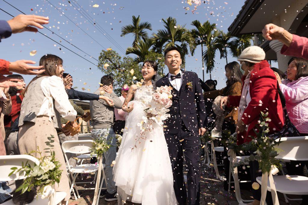 這張圖片的 alt 屬性值為空,它的檔案名稱為 2021-0110-wedding-357.jpg